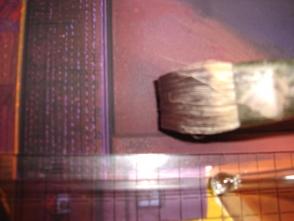 21.近景は、壁の汚れや、細かい傷などあったほうが より、リアルに見えますので、平筆でススーと 薄く塗り重ねていきます。